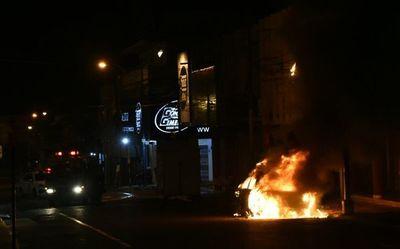 Un vehículo se incendió en el microcentro de Asunción
