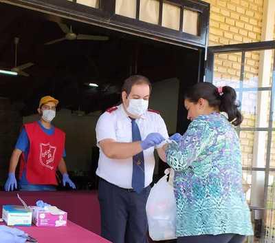 Miembros del Ejército de Salvación entregaron kit de alimentos y artículos de limpieza
