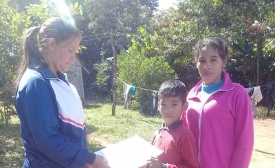 HOY / Maestros rurales llevan fotocopias a alumnos que no tienen Internet en sus casas