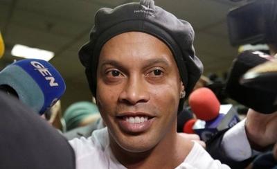 HOY / Ronaldinho y un 'curioso' pedido al hotel donde guarda prisión domiciliaria
