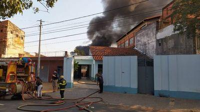 Bomberos controlan incendio del depósito en barrio San Vicente