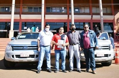 Itaipú donó dos camionetas a la comuna de Hernandarias