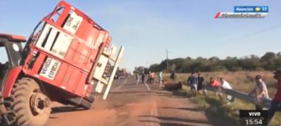 HOY / Aparatoso accidente de camión transganado en Caazapá