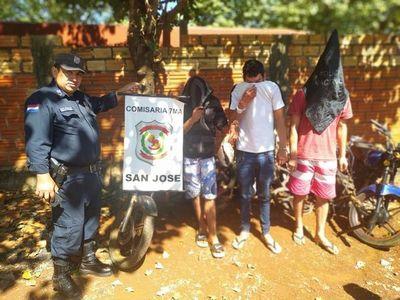 Detenidos cuando desarmaban una moto robada