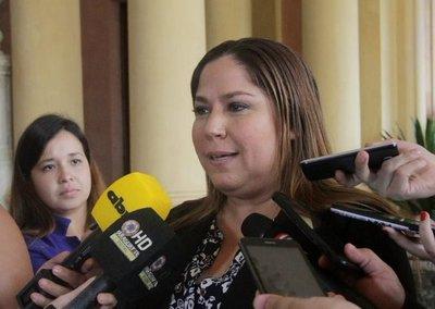 Tras escándalo, renuncia Patricia Samudio