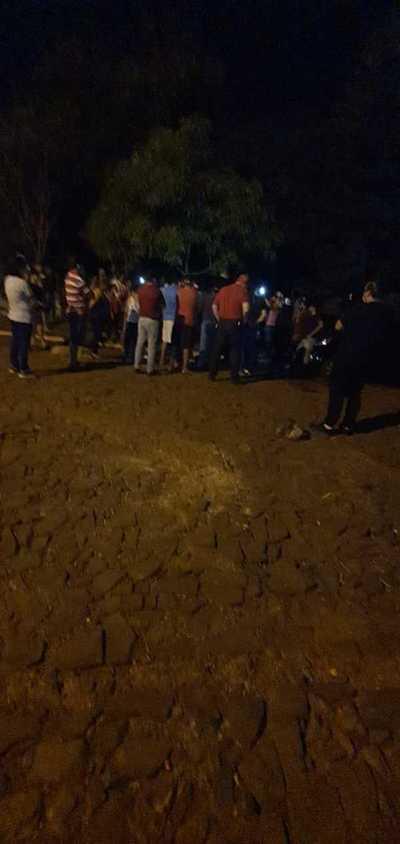 Vecinos se manifiestan por connacionales en cuarentena en el polideportivo de la UPE