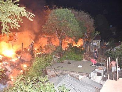 Incendio de gran magnitud afecta a viviendas en Asunción