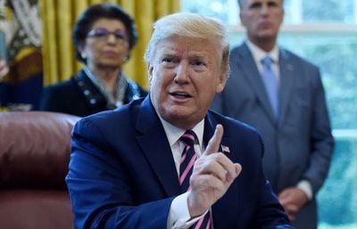 """Trump dice que hablaba con """"sarcasmo"""" cuando sugirió inyectarse desinfectante"""