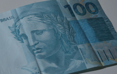 El dólar abre al alza tras alcanzar un nuevo máximo histórico en Brasil: 5,58 reales a la venta