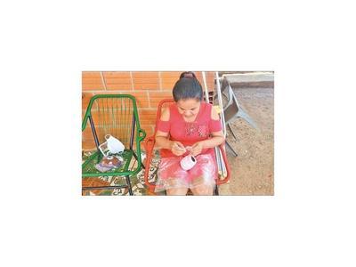 Enfermera sin empleo    vende   tapabocas tejidos a crochet