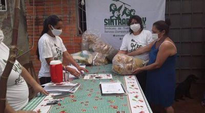 Domésticas reparten 150 kits de alimentos para cesadas