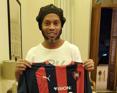 Camiseta del Ciclón firmada por Ronaldinho se subastó por un dineral