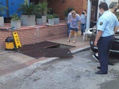 VIDEO: Así fue el momento en que una mujer cayó a fosa de la ANDE mientras limpiaba