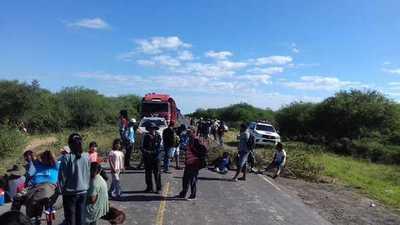 Indígenas cierran ruta Transchaco reclamando bolsas de alimentos para no seguir con hambre