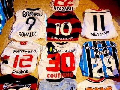 Irrazábal hace ostentación de su gran colección de camisetas