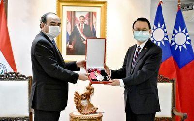 Condecoran al embajador de Taiwán