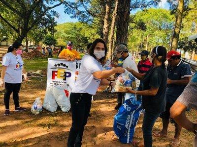 Docentes entregan víveres en Pedro Juan Caballero para celebrar su día