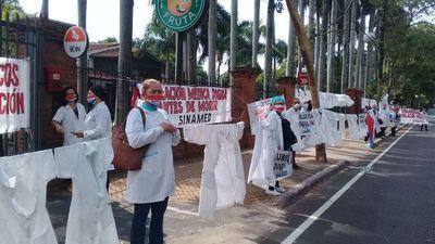 Médicos piden respeto a sus derechos laborales