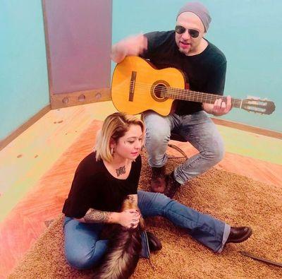Andrea y Jaime cantan a la resistencia