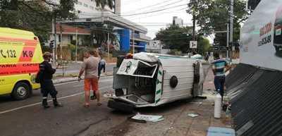 Una ambulancia y vehículos particulares protagonizaron un aparatoso accidente sobre la Avda. Mariscal López