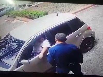 VIDEO: Quiso sobornar a policías para que detengan a su mujer