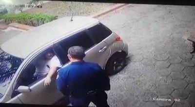 Quiso sobornar a policías para que arresten a su esposa