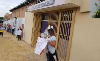 Siguen protestas por descuentos en colegios