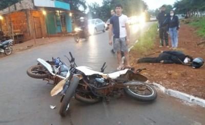 Choque de motocicletas deja con varias lesiones a una mujer