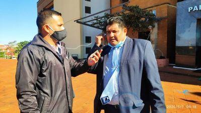 Indignado con la CSJ, Defensor Público rompe sus títulos frente al Palacio de Justicia