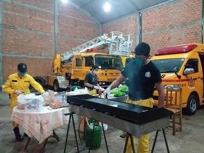 CON VENTA DE HAMBURGUESAS, BOMBEROS BUSCAN RECAUDAR PARA COMPRAR EQUIPOS DE BIOSEGURIDAD