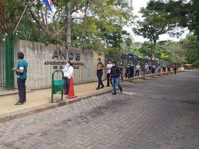 Extensa fila en la ANDE durante primer día de reapertura de sus oficinas