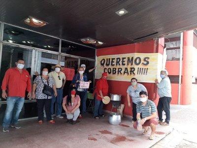 Con olla popular, trabajadores de la ANR exigen cobrar salarios