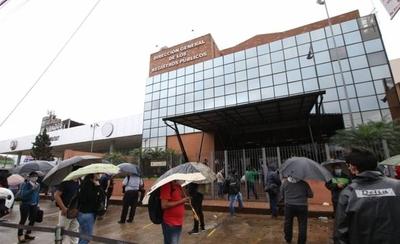 HOY / A pesar de la lluvia, fila de 200 metros en sede de Registro Público
