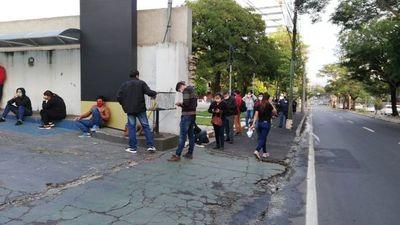 Cientos de personas forman fila frente a locales del BNF
