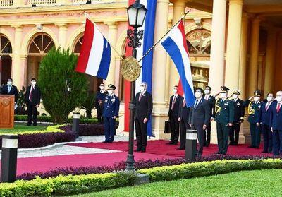 Rinden homenaje a la Patria con 21 cañonazos