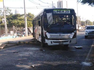 Bus y camioneta chocan sobre la ruta Transchaco