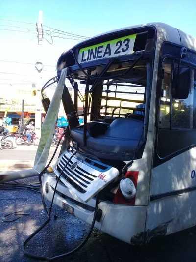 Camioneta de militar y ómnibus protagonizaron aparatoso accidente sobre la Transchaco