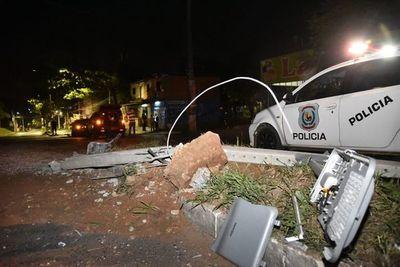 Cuantiosos daños materiales tras choque contra columna en Villa Elisa