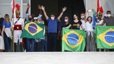 EEUU y Brasil a la cabeza del COVID-19 en medio de polémicas aperturas