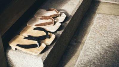 De dónde viene la tradición de quitarse los zapatos antes de entrar en casa (y qué dice la ciencia sobre ella)