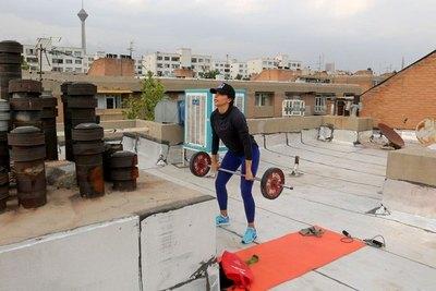 Estrella del atletismo mundial entrena en su tejado
