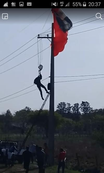 Paracaidista se salva de morir electrocutado