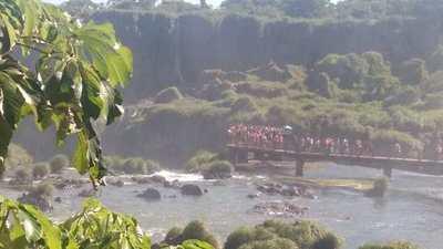 Cataratas con poca agua, pero muchos visitantes