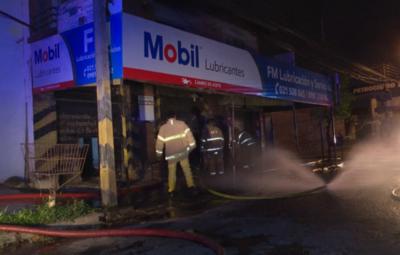 Millonarias pérdidas por incendio en local de venta de lubricantes