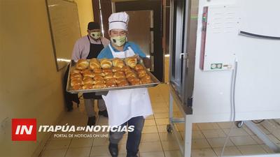 COCINEROS VENDEN PAN CASERO PARA SOLVENTAR OLLAS POPULARES