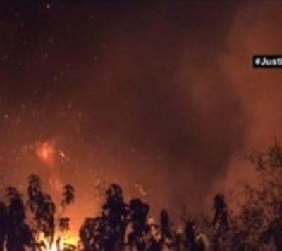 Incendio casi consume varias casas y a un taller mecánico