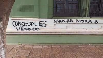 Sede de la Junta Municipal también amaneció grafiteada