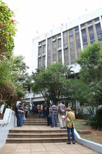 Largas filas en Municipalidad de Asunción para realizar trámites