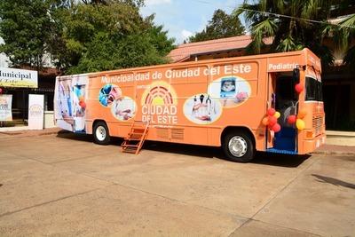 Presentan clínica móvil equipada con tres consultorios