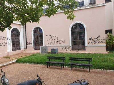 Concepción: Municipalidad amanece con mensajes contra el Intendente